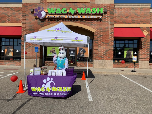 Wag N' Wash pet franchise storefront.